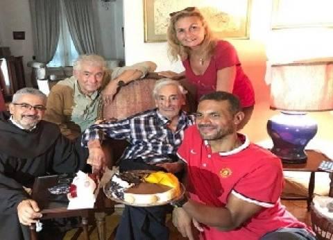 يسرا و«قابيل» والأب بطرس فى منزل جميل راتب للاحتفال بعيد ميلاده الـ92