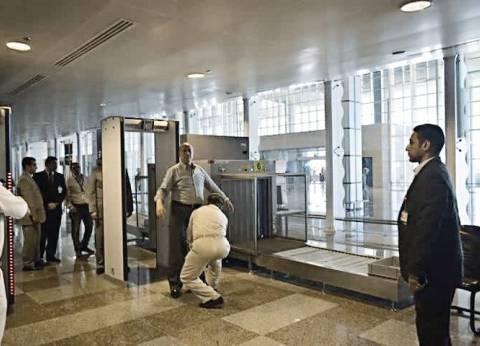 أمن الغردقة يُخضع محافظ البحر الأحمر للتفتيش فى المطار الدولى