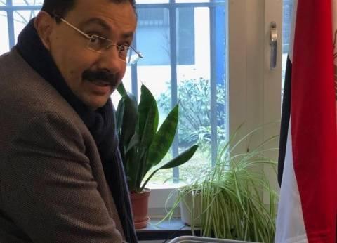 بالصور| طارق كامل يدلي بصوته في الانتخابات الرئاسية بسويسرا