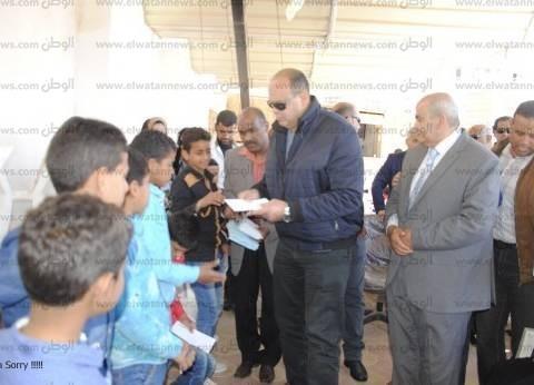 محافظ مطروح يحتفل مع 105 أطفال بيوم اليتيم.. ويوزع الهدايا عليهم