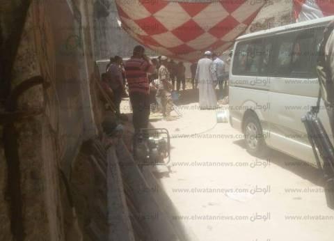 وصول «طرومبات شفط» إلى موقع «تابوت الإسكندرية».. والمياه لونها «أحمر»
