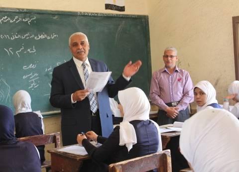 """وكيل """"تعليم أسيوط"""" يضبط مذكرة الامتحان مع طالبة داخل اللجنة بالمحافظة"""