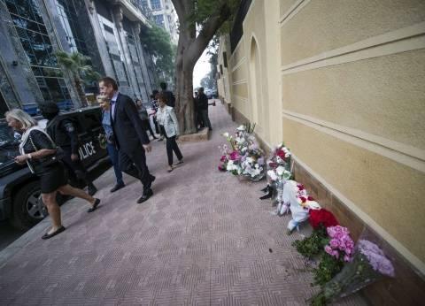 بالصور| مصريون وفرنسيون يضعون أكاليل الزهور أمام السفارة الفرنسية بالجيزة