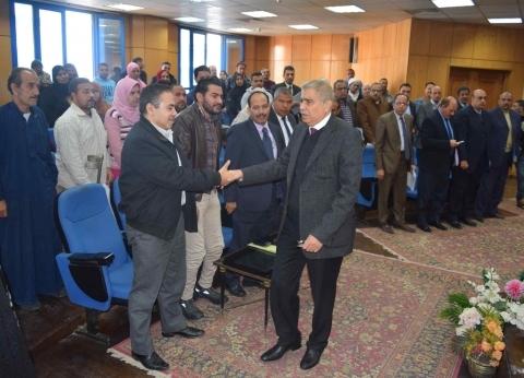 محافظ المنيا يوجه بدراسة طلبات الأكشاك بالقرى خلال لقاء خدمة المواطنين
