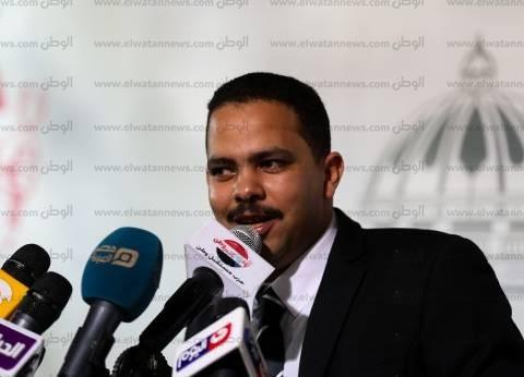 """مدير النادي المصري يوقع على استمارة """"علشان تبنيها"""""""