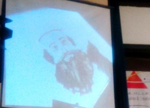 إهداء البابا تواضروس «بورتريه» من الرمال خلال زيارة جمعية مصر الجديدة