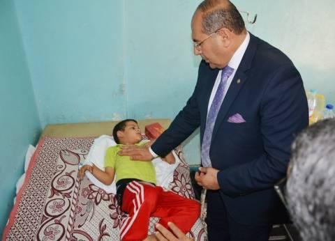 محافظ سوهاج يشارك الأطفال الأيتام فرحة العيد: بعلب الحلوى والعيدية