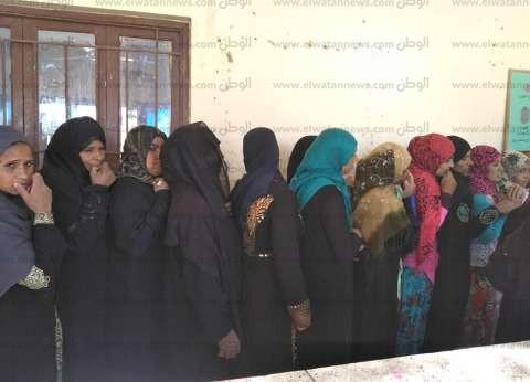 """السيدات يتزاحمن أمام """"الشهيد أبوزيد"""" بالبدرشين للمشاركة في الاستفتاء"""