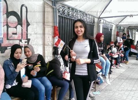 """طالبات """"تربية حلوان"""" من أمام اللجنة الانتخابية: """"جايين نساعد ونفرح"""""""