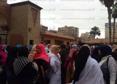 بالصور| لليوم الثالث.. ممرضات مستشفى طنطا الجامعي يضربن عن العمل