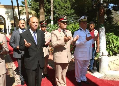 محافظ القاهرة يضع إكليلا من الزهور على قبر الجندي المجهول