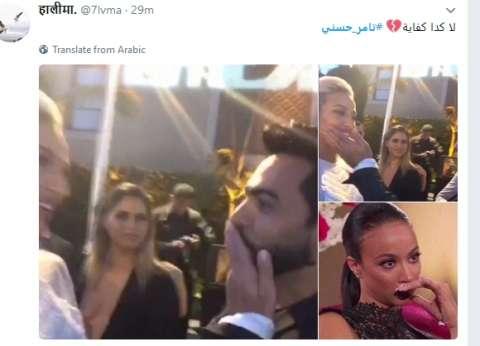 """تامر حسني يشعل """"تويتر"""" بقبلته لعارضة أزياء.. ومغردون: احترموا مشاعرنا"""