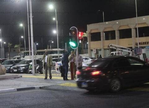 بالصور| تركيب الإشارات المرورية الجديدة بالسوق التجاري بشرم الشيخ