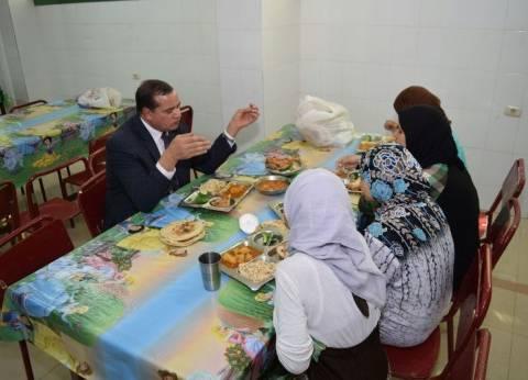 رئيس جامعة سوهاج يتناول الغداء مع طالبات المدينة الجامعية