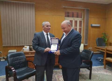نائب رئيس جامعة بنها يكرم المستشار السابق لوزير التعليم العالي