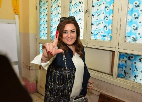 نهال عنبر تدلي بصوتها في استفتاء التعديلات الدستورية بالعجوزة