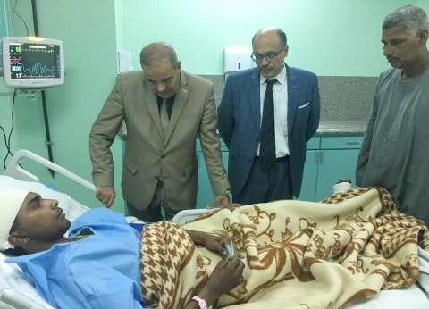 رئيس جامعة الأزهر يطمئن على طالب تعرض لحادث قطار بمحطة إسنا