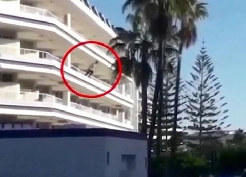 تحت تأثير المخدرات.. سائح بريطاني يقفز من شرفة فندق في إسبانيا