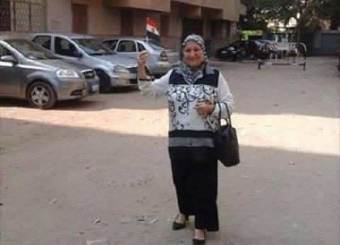 """مواطنة مسنة ترفع """"علم مصر"""".. وتحذر السيدات من انتخاب الفاسدين"""