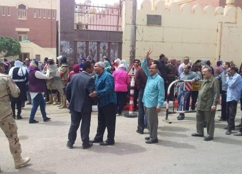 بدء توافد المواطنين على لجان التصويت على التعديلات الدستورية بالبدرشين