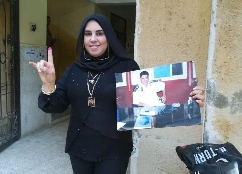 أرملة الشهيد عامر عبدالمقصود تدلي بصوتها في لجنة بمدرسة تحمل اسمه