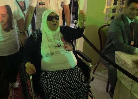أكبر ناخبة بالكويت: جئت على كرسي متحرك لرد الجميل لمصر