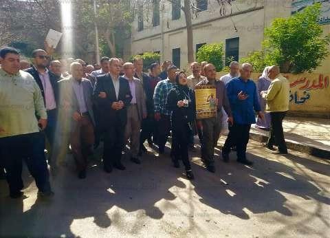 """زوجة شهيد بمسيرة للجنة استفتاء بالمنصورة: """"بنقول نعم لمصر جيش وشرطة"""""""