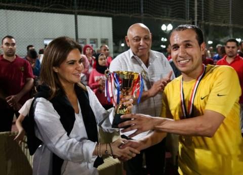 سحر نصر تسلم كأس الدورة الرمضانية لوزارة الاستثمار والتعاون الدولي