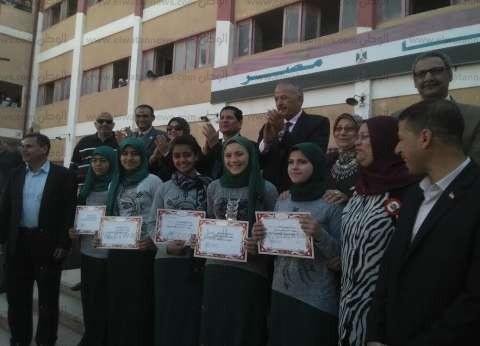 بالصور  وكيل تعليم كفر الشيخ يكرم 50طالبة من المتفوقات بالمدرسة الصناعية