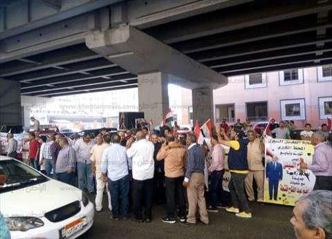 احتشاد عشرات العمال أمام مبنى الاتحاد العام احتفالا بثورة 30 يونيو