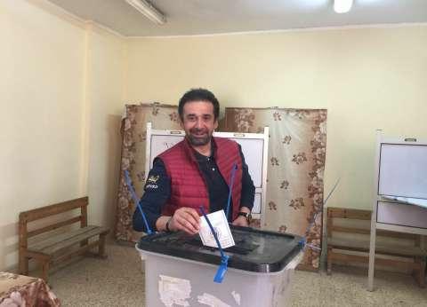 كريم عبدالعزيز يدلي بصوته في الانتخابات بأحد مدارس الشيخ زايد