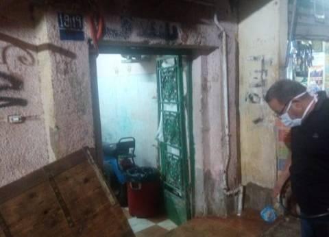 صور| التنمية المحلية تطهر شارعا بالأميرية من حشرات سببتها جلود الأضاحي