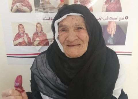عمرها 103 سنوات.. أكبر معمرة بالشرقية تدلي بصوتها بالتعديلات الدستورية