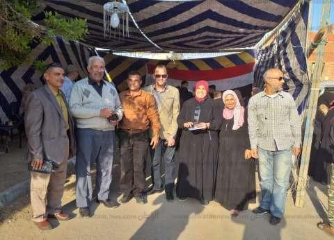 أهالي قرية أبو سلطان بالإسماعيلية يحتشدون أمام لجان الاستفتاء