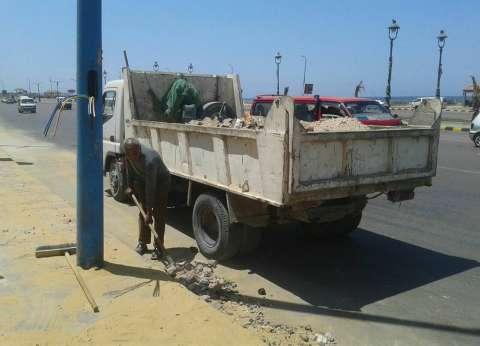 حي وسط بالإسكندرية يستكمل أعمال النظافة بطريق الكورنيش
