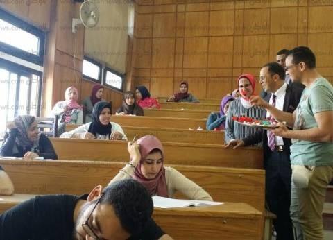 رئيس جامعة دمنهور يتفقد لجان الامتحانات بالورود والشيكولاته