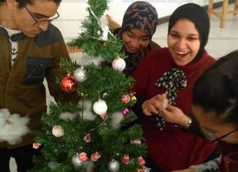 طلاب بيطري القناة يفاجؤون إخوانهم الأقباط بهدايا العيد وكروت معايدة