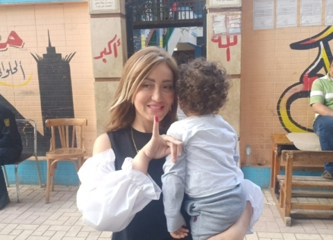 ريهام سعيد تصطحب طفلها وتشارك في الاستفتاء على التعديلات الدستورية