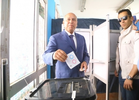 كامل الوزير يدلي بصوته في مدرسة سيزا نبراوي بالتجمع الخامس