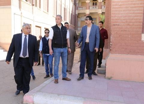 محافظ سوهاج ومدير الأمن يتفقدان تجهيزات اللجان الانتخابية