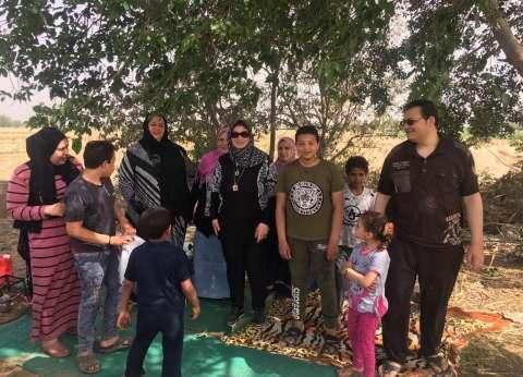 رئيس مدينة قها تحتفل مع الأهالي بشم النسيم في الحقول