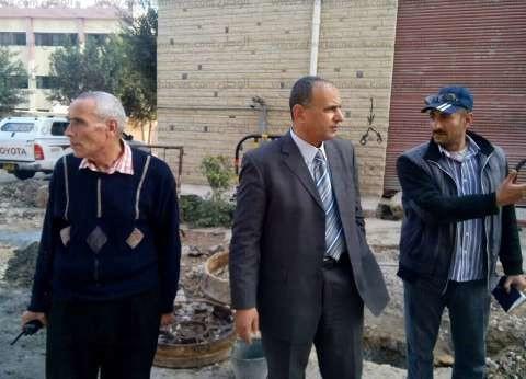رئيس مدينة دسوق يتابع رفع بيارات الصرف الصحي من الشوارع