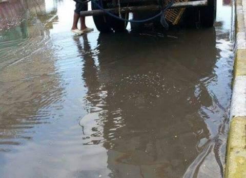 بالصور| الوحدة المحلية برأس البر تكسح مياه الأمطار بالمدينة