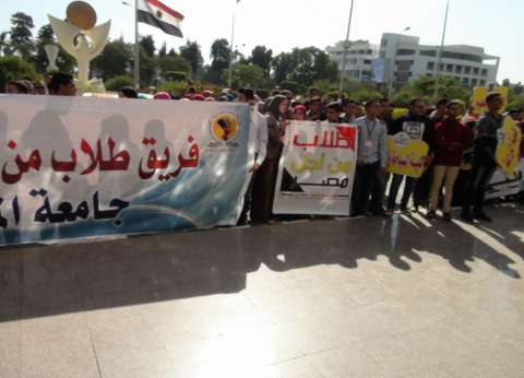 رئيس جامعة المنيا والطلاب في وقفة تنديد بالإرهاب