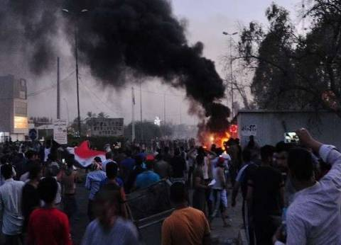 متظاهرون عراقيون يشعلون النيران في بوابة القصور الرئاسية بالبصرة