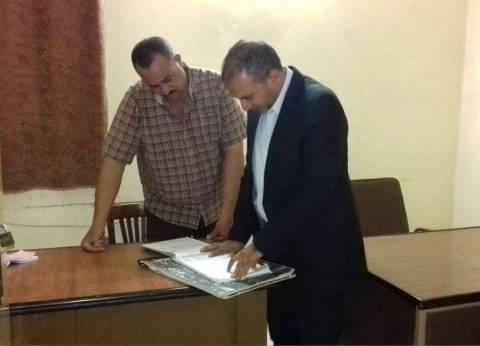 رئيس مركز أبو قرقاص بالمنيا يتابع إضافة المواليد على بطاقات التموين
