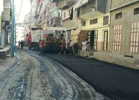 بالصور| محافظ دمياط يتابع أعمال الرصف ببعض شوارع المحافظة