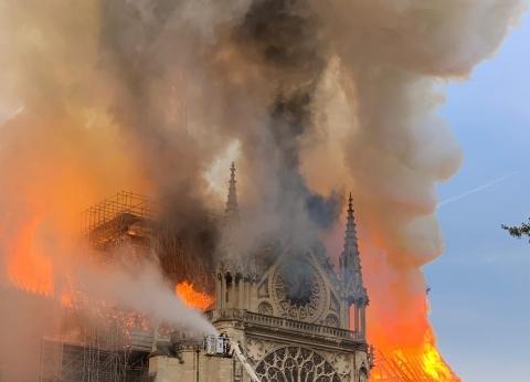 """صحفية من باريس: """"الإطفاء الفرنسية"""" لا تستطيع السيطرة على حريق نوتردام"""