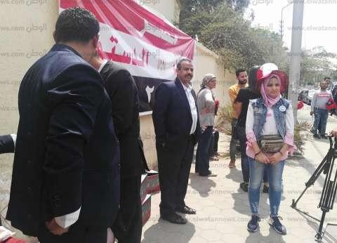 """""""كاب وعلم ومية معدنية"""" بانتظار الناخبين بمصر الجديدة: الناس دي ميتوصوش"""