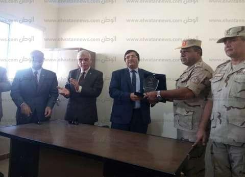 محافظ شمال سيناء يكافئ الإدارة التعليمية بـ5 آلاف جنيه لتميزها